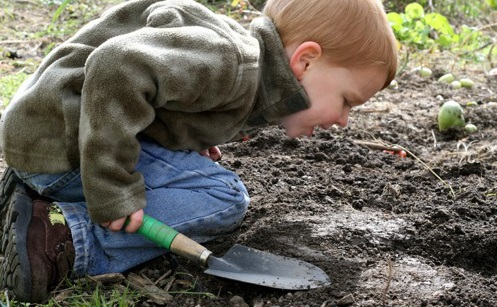 kids-playing-in-dirt